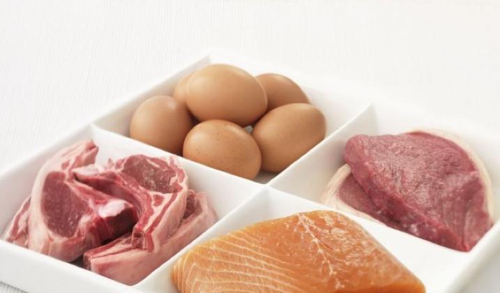 Comment et quand introduire la viande, les œufs et le poisson dans l'alimentation de bébé ?