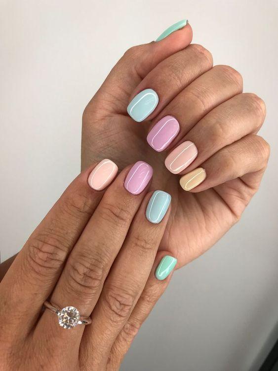 Bienvenue aux mismatched nails (les ongles dépareillés) !